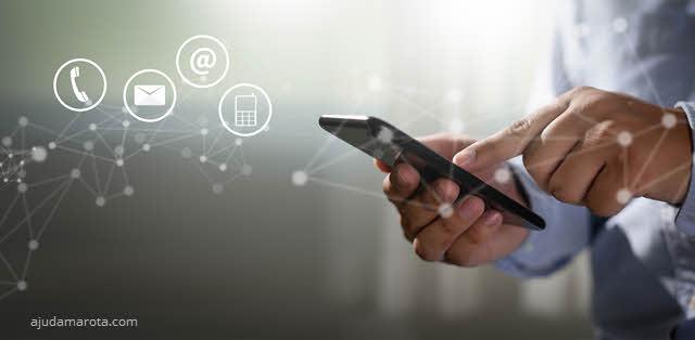 Mão segurando o celular para fazer ligação ou acessar internet